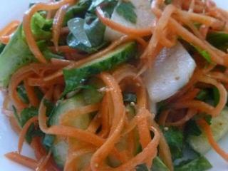 Салат из корейской моркови с фасолью и орехами