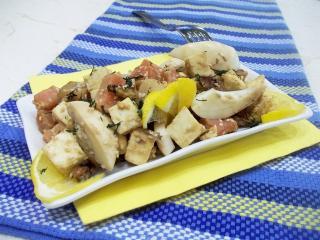 Салат с красной рыбой, сыром и орехами. Рецепт с фото