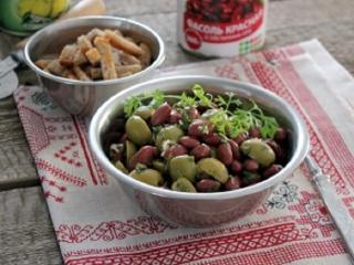 Мясной салат с фасолью и оливками
