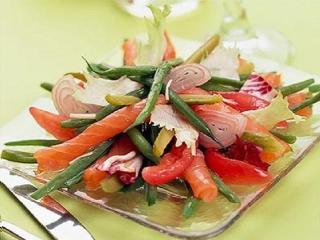 Рыбный салат с яблоками и солеными огурцами