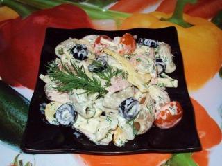 Куриный салат с макаронами и маслинами