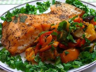 Рыба, запеченная с овощами и белыми грибами