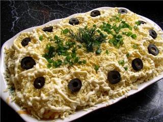 Салат c лососем, рисом и кукурузой