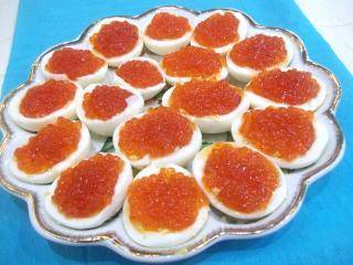 Яйца фаршированные красной икрой. Рецепт с фото