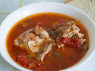 Рыбный суп с томатами и каперсами