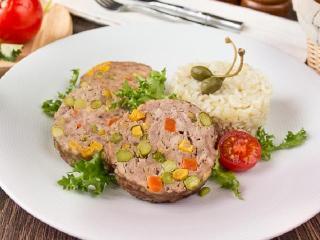 Мясной рулет с овощами и зеленью