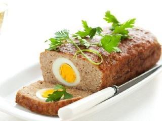 Мясной рулет из фарша с яйцом