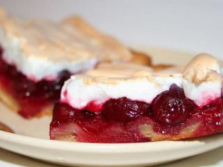 Пирог с яблоками и клубничным джемом