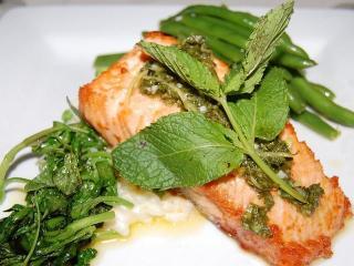 Жареная рыба с фасолью и овощами