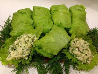 Салатные рулетики с начинкой из сыра Фета и зелени