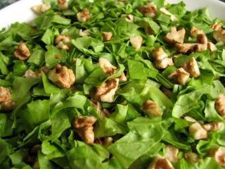 Зеленый салат с грецкими орехами