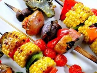 Шашлык из свинины с креветками, кукурузой и овощами