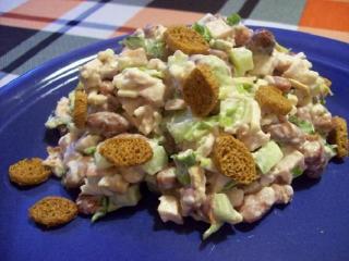 Куриный салат с кириешками