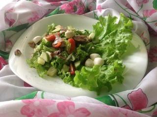 Салат из моцареллы с помидорами и шампиньонами